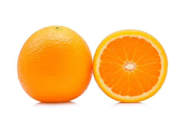 分離された滴とオレンジ色の果実