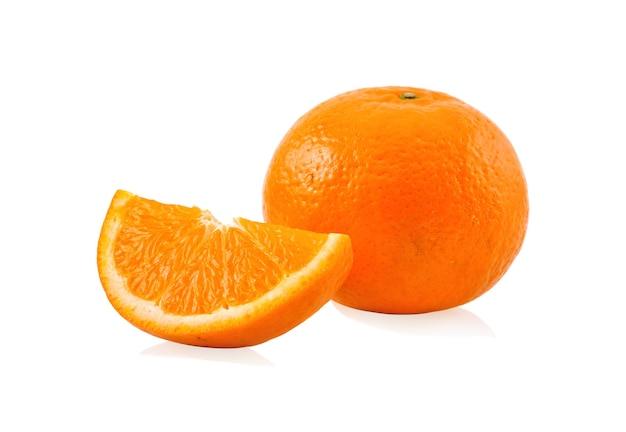 白い背景で隔離のスライスとオレンジ色のフルーツ。