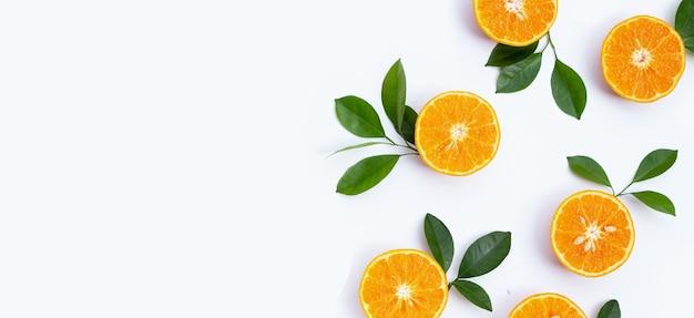 흰색 바탕에 오렌지 과일입니다. 칼로리가 낮고 비타민 c와 섬유질이 풍부한 감귤류