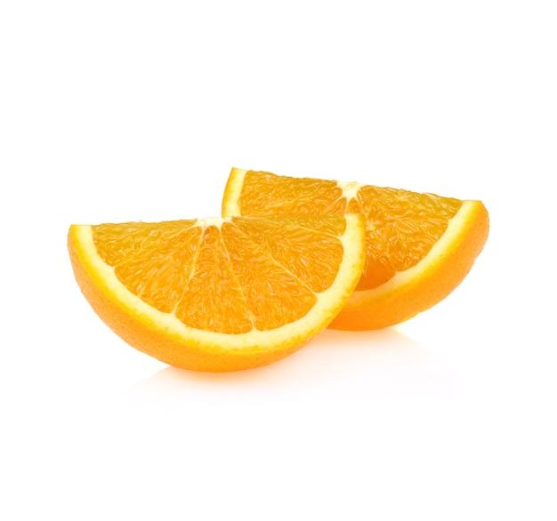 白い背景で隔離のオレンジ色の果物のスライス。