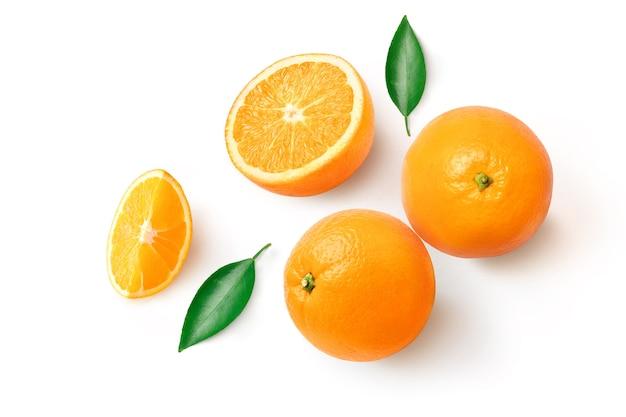 白い表面に分離した葉とオレンジ色の果物
