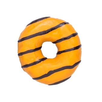 白い背景で隔離のオレンジ色の艶をかけられたドーナツ。おいしい人気のペストリー。