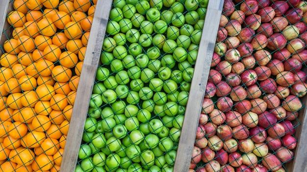 オレンジ、緑、赤のリンゴの背景、装飾、インストール。