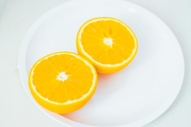 オレンジ、白い背景にハーフオレンジ