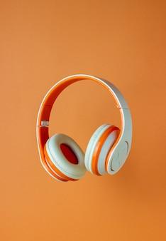 オレンジ色の壁にオレンジ色のヘッドフォン