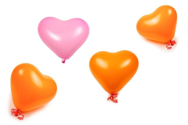 白い背景で隔離のオレンジ色のハートの風船。スペースをコピーします。