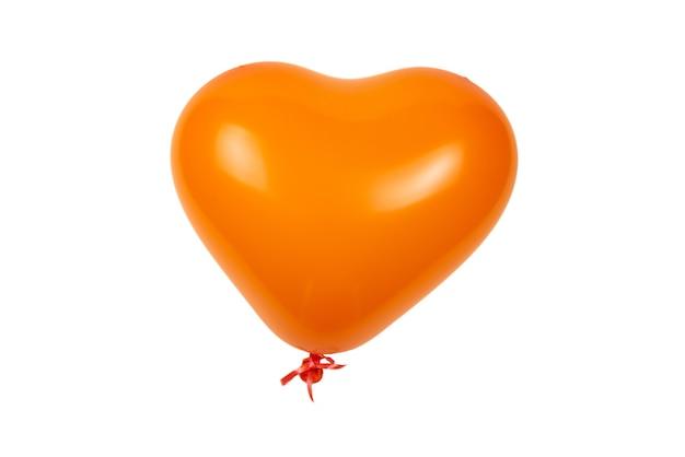 白で隔離されるオレンジ色のハートの風船