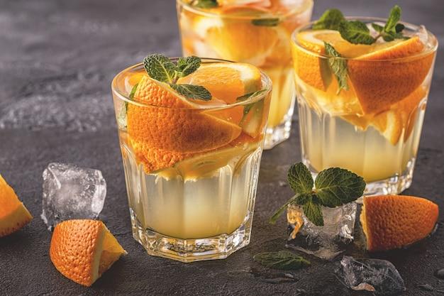 オレンジの自家製カクテルフルーツを注入した水