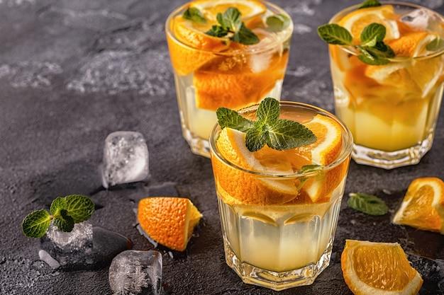 フルーツ入りのオレンジの自家製カクテル