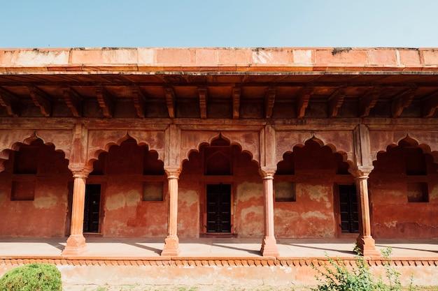 イスラム風のオレンジ色のインドの建物
