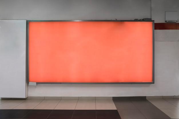 オレンジ色の屋内看板モックアップ