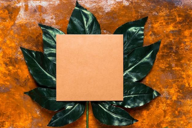緑の葉にオレンジ色の招待状 無料写真