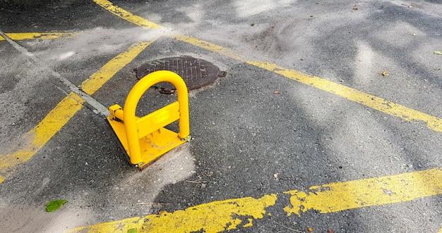 거리에 주황색 철제 주차 장벽. 접이식 장벽이 이 위치에 주차하는 것을 방지합니다. 자동차 보안.
