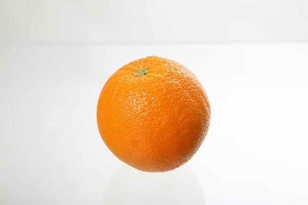 오렌지 흰색 배경에 고립