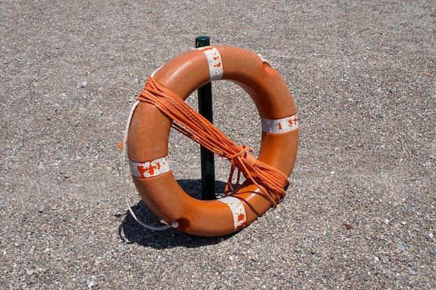수영 선수를 구하기 위해 밧줄이 달린 주황색 재킷