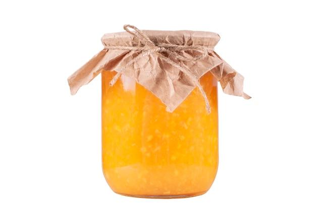 白い孤立した背景の上の瓶のオレンジジャム。