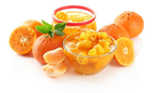 Апельсиновый джем с цедрой и мандаринами, изолированные на белом