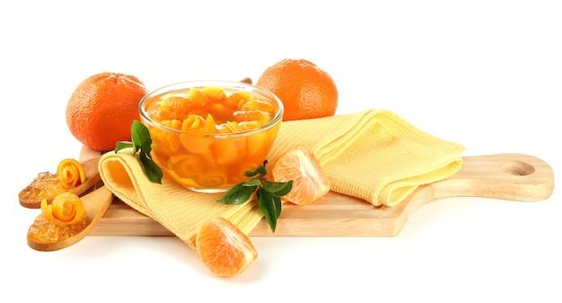 Апельсиновый джем с цедрой и мандаринами на деревянном столе, изолированные на белом
