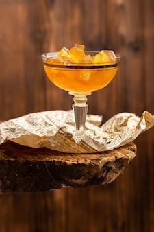 Gelatine d'arancia all'interno di vetro su legno