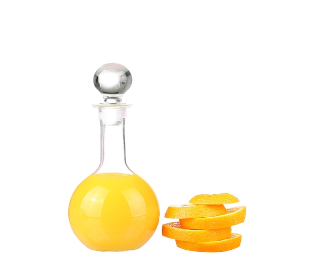 白で分離されたオレンジジュースとオレンジのスライス