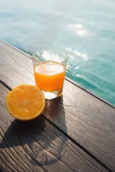 수영장 주변의 오렌지 주스