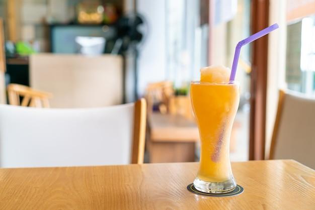 カフェレストランでオレンジジュースブレンドスムージーグラス