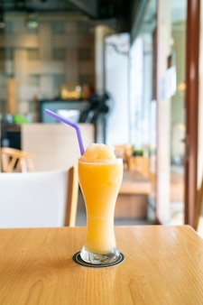 카페 레스토랑에서 오렌지 주스 혼합 스무디 유리