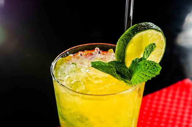 Коктейль из апельсинового сока с лимоном и льдом.