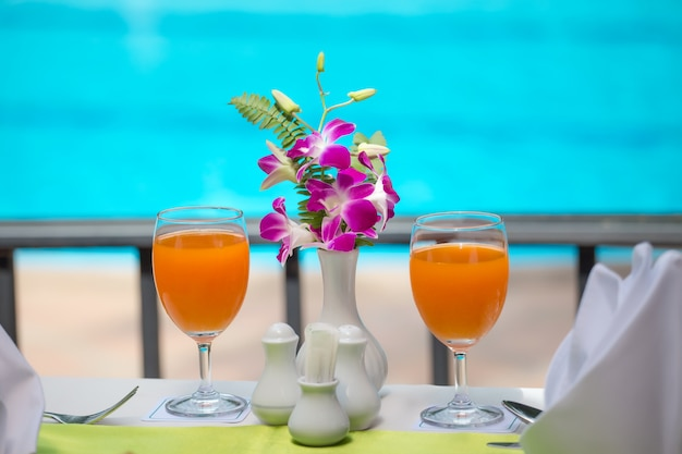 수영장에서 음료를 위해 신선한 오렌지 주스