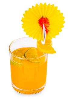 白で隔離のライムとオレンジのスライスとオレンジジュースグラス