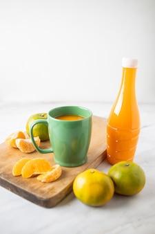 컵과 대리석 병에 담긴 오렌지 주스