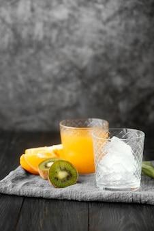 Disposizione di succo d'arancia e kiwi