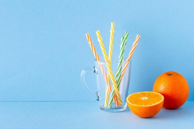分離された青いパステルカラーのオレンジジュース