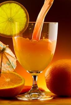 오렌지 주스 한 잔에 부 어