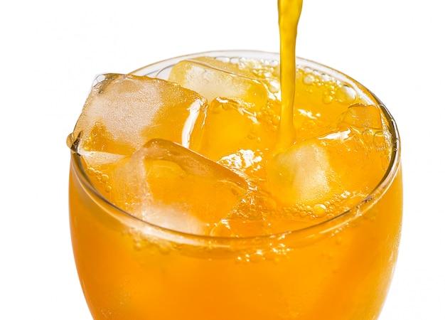 Апельсиновый сок наливая в стакан