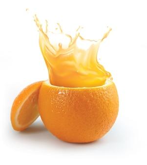 Брызги апельсинового сока, изолированные на белом фоне