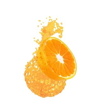 Апельсиновый сок, брызги с его плодами, изолированные на белом фоне