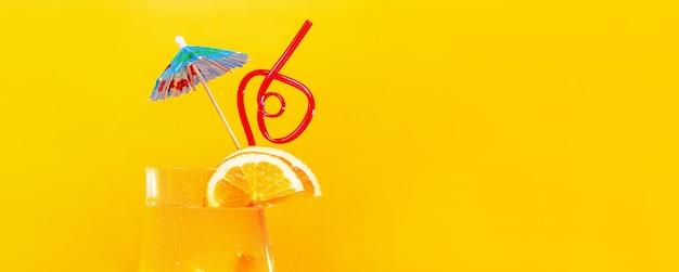 Апельсиновый сок с синей соломкой на апельсине