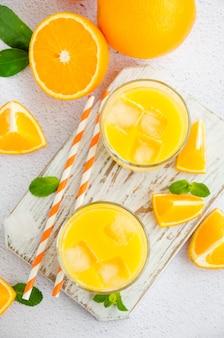 グラスに氷とオレンジジュース