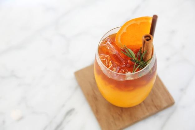 Апельсиновый сок со льдом в белой кофешопе