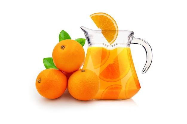 흰색 배경에 고립 된 용기에 오렌지와 오렌지 주스