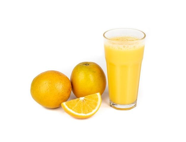 白い背景の上に分離されたオレンジとオレンジジュース。