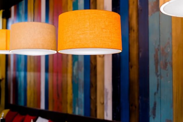 밤에 카페에서 오렌지 램프