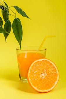 Апельсин лимон цитрусовые в корзине и сок на желтом фоне, диета здоровое питание