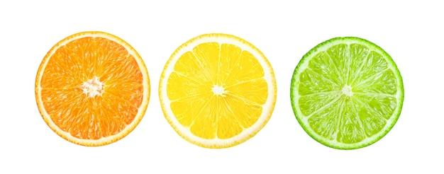 白い背景で隔離のオレンジレモンライムスライス