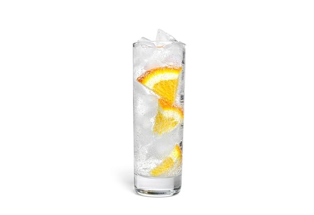 절연 투명 유리에 얼음 오렌지 레모네이드.