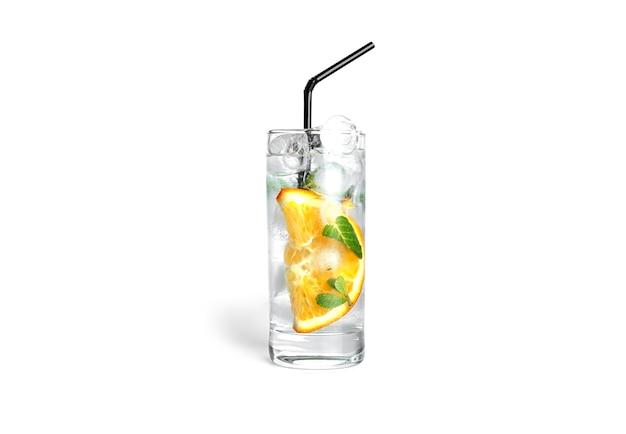 민트와 얼음 절연 투명 유리에 오렌지 레모네이드.