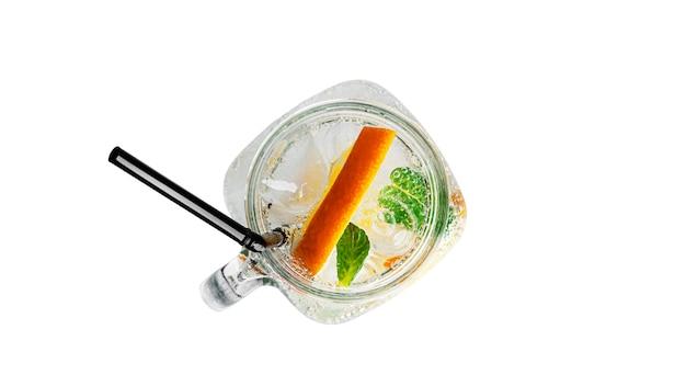 민트와 고립 된 명확한 메이슨 항아리에 얼음 오렌지 레모네이드