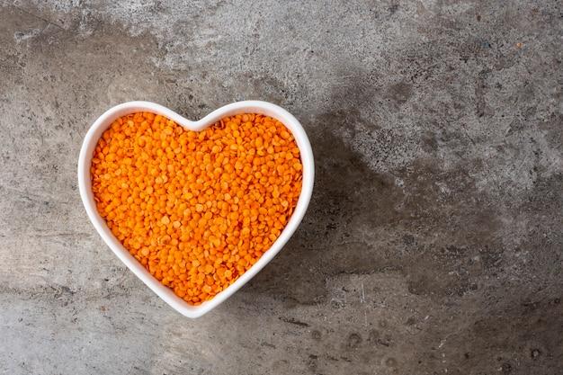 구체적인 배경에 컵 마음에 오렌지 렌즈 콩