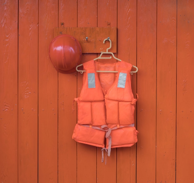 オレンジ色の背景にオレンジ色のライフジャケット